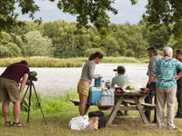 Picknick aan de oever van een voedselrijke vijver. Het is speuren naar de ralreiger! © Sandy Spaenhoven