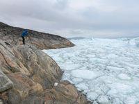 Een fotograaf tijdens het vastleggen van de ijsvlakten. © Bart Heirweg