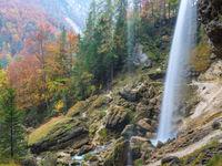 Een mystieke waterval met herfstige achtergrond. © Bart Heirweg