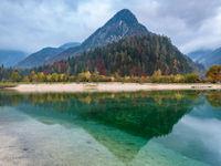 Kristalhelder water in een herfstig Slovenië. © Bart Heirweg