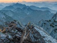 Mistige heuvels zover het oog reikt. © Bart Heirweg