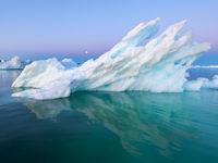 De wind- en waterwerking snijdt bizarre vormen uit in het ijs. © Bart Heirweg