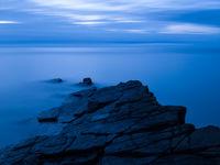Het 'blauwe uur' te Lee Bay. © Sandy Spaenhoven