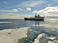 Ons schip voor de reis: een versterkte ijsbreker genaamd Freya. © Yves Adams
