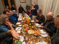 Gezellig rond de tafel na een dag vol avonturen. © Billy Herman