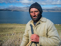 Een lokale herder aan het meer van Ninotsminda in het binnenland. © Billy Herman