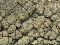 De lava werd door eeuwenlange zeewerking gepolijst tot afgeronde rotsen. © Yves Adams