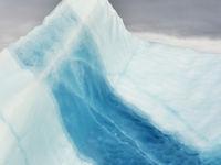 Een ijsberg doorspekt met een blauwe ader. © Yves Adams