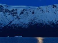 Een sfeerbeeld tijdens het blauwe licht van een poolnacht. © Yves Adams