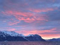 De zon gaat onder en kleurt de wolkenvelden prachtig rood. © Yves Adams