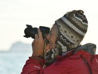 Een van de deelneemsters tijdens een eerdere reis, druk aan het werk. © Yves Adams