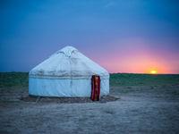 Een traditionele yurt, de oeroude manier van wonen op de steppe. © Machiel Valkenburg