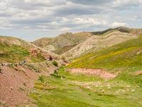 Een beeld van de overgang van steppe naar gebergte. © Machiel Valkenburg
