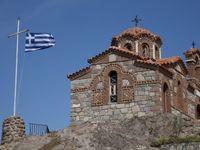 De Griekse vlag prijkt trots op de heuvel. © Patrick Keirsebilck