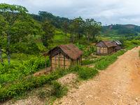 Notre route serpente entre les petites habitations. © Billy Herman