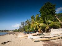 De longues pirogues taillées se trouvent sur la plage après la séance de pêche matinale. © Samuel De Rycke