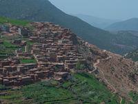 De dorpjes zijn vaak op een unieke manier in de bergen uitgebouwd. © Billy Herman