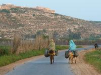 De lokale bevolking op ezeltjes. © Billy Herman