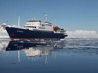 De Plancius te midden van het ijs. © Oceanwide Expeditions / STARLING reizen