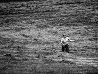 Photo en noir et blanc d'une agricultrice local