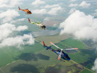 Een panoramafoto van drie Airbus helikopters AS350 B3 Ecureuil, in vlucht. © Sebastian Vervenne
