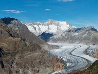 Een panoramafoto van de Aletsch Gletsjer, met de bergen Wannenhorn en Strahlhorn op de achtergrond. Deze gletsjer is de grootste van de Alpen en loopt 23 km door, tot in het Zwitserse kanton Valais. Het gebied is beschermd Unesco-erfgoed. © Sebastian Vervenne