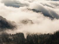 Een bewolkte bergvallei. © Bart Heirweg