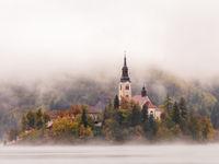 Het eiland baadt 's ochtends in een zee van mist. © Bart Heirweg