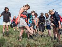 De groep geniet van een modderige wandeling! © Sandy Spaenhoven