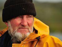 Een Schotse visser staart mijmerend voor zich uit. © Yves Adams