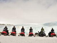 Een groepsfoto op de sneeuwscooters. © Yves Adams