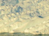 Smeltwater sleet een verzameling gleufjes uit in deze ijsberg. © Yves Adams