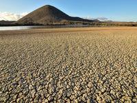 Uitgedroogde moddervlakten zorgen voor bizarre beelden. © Yves Adams