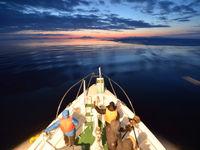 Een sfeerbeeld van de boeg van ons schip met een ondergaande zon als leidraad. © Yves Adams