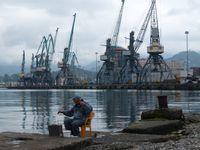 Pêcheur dans le port de Batumi© Jorg Hamann