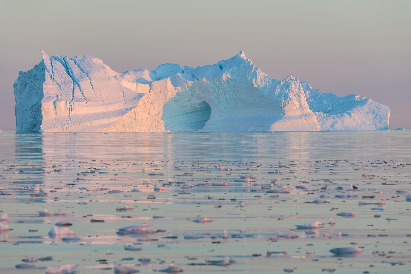 Een ijsberg bij zonsondergang. © Bart Heirweg