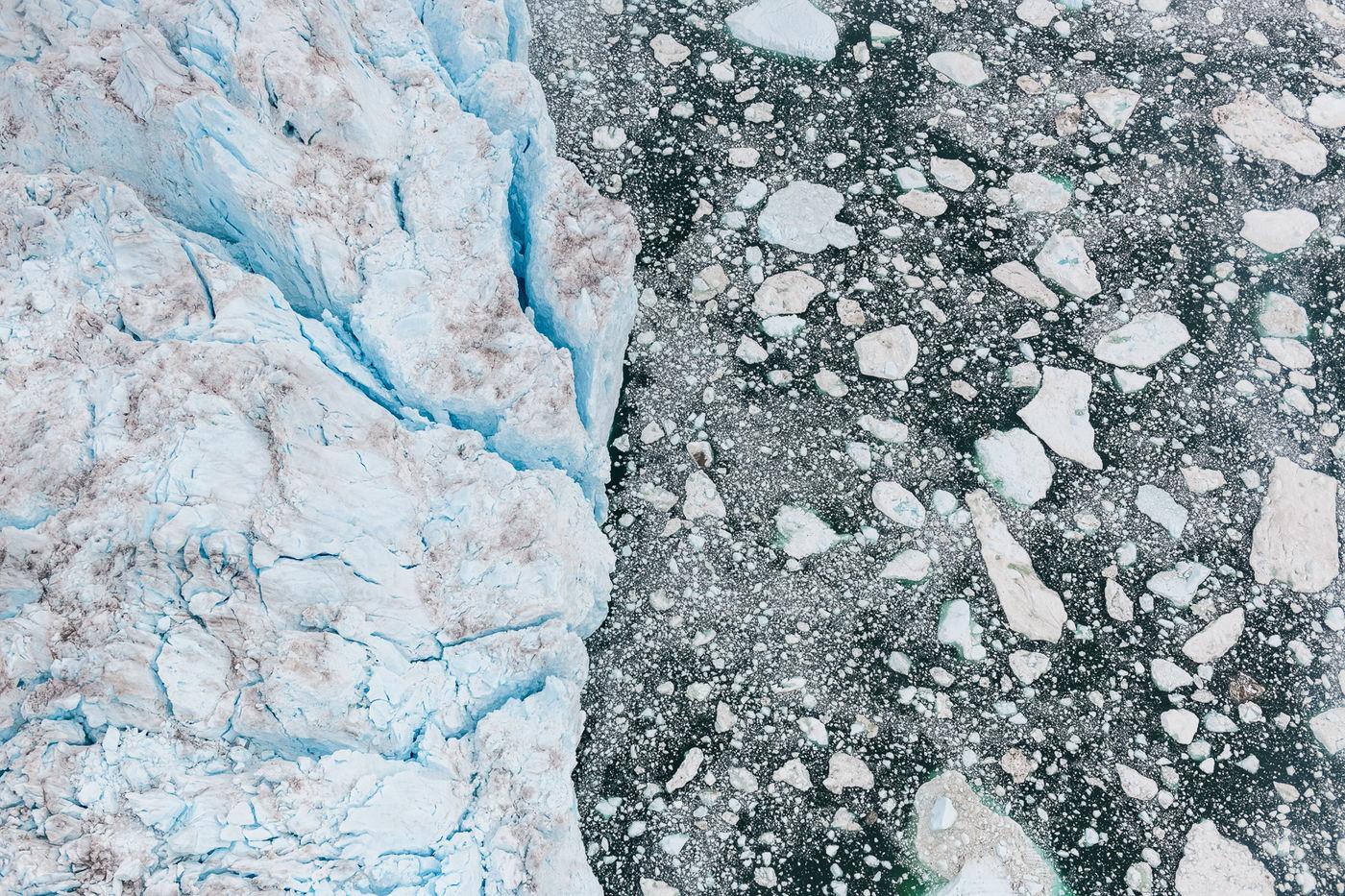 Een luchtfoto van de grens tussen gletsjer en wateroppervlak. © Bart Heirweg