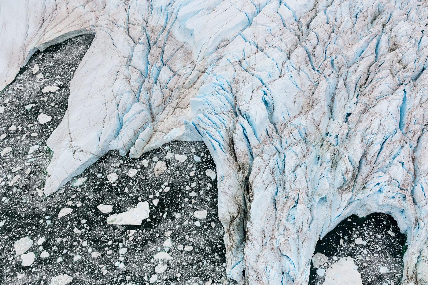 Gletsjers worden langzaam weggevreten door het smeltwater. © Bart Heirweg