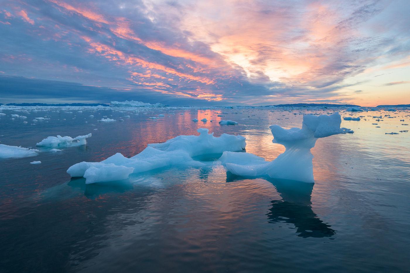 De hemel is een palet vol kleuren van zodra de zon zich ook maar half verschuilt achter de horizon. © Bart Heirweg