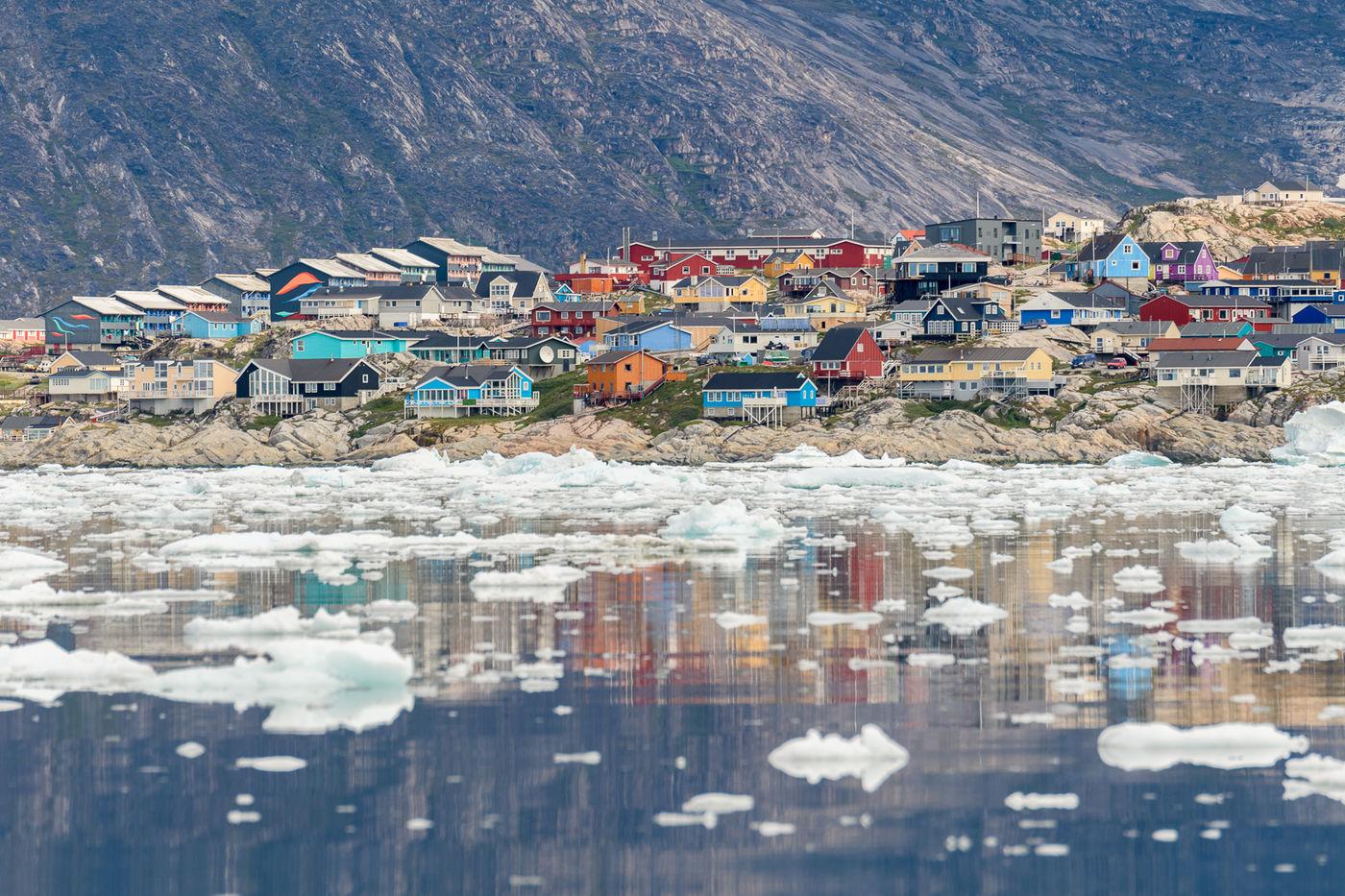 Groenland is dan wel niet groen, kleur draagt het wel! © Bart Heirweg
