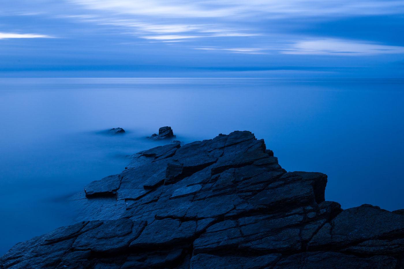 Het 'blauwe uur' in Lee Bay. © Sandy Spaenhoven