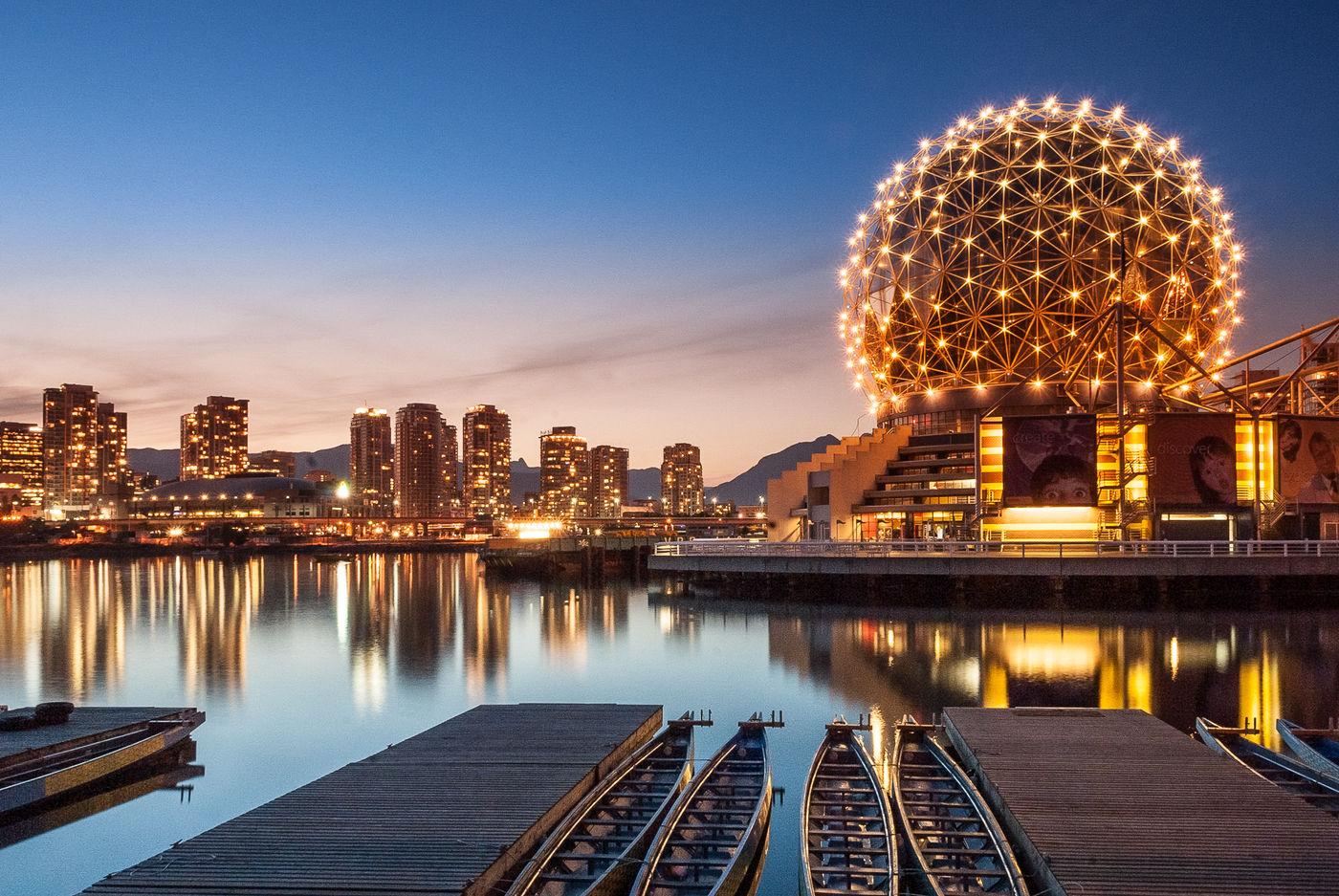 Vancouver skyline tijdens de schemering. © Jeffrey Van Daele