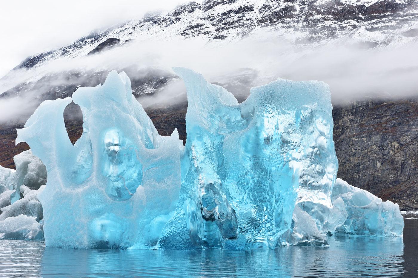 Blauw ijs, dat al deels smolt, geeft prachtige schakeringen. © Yves Adams