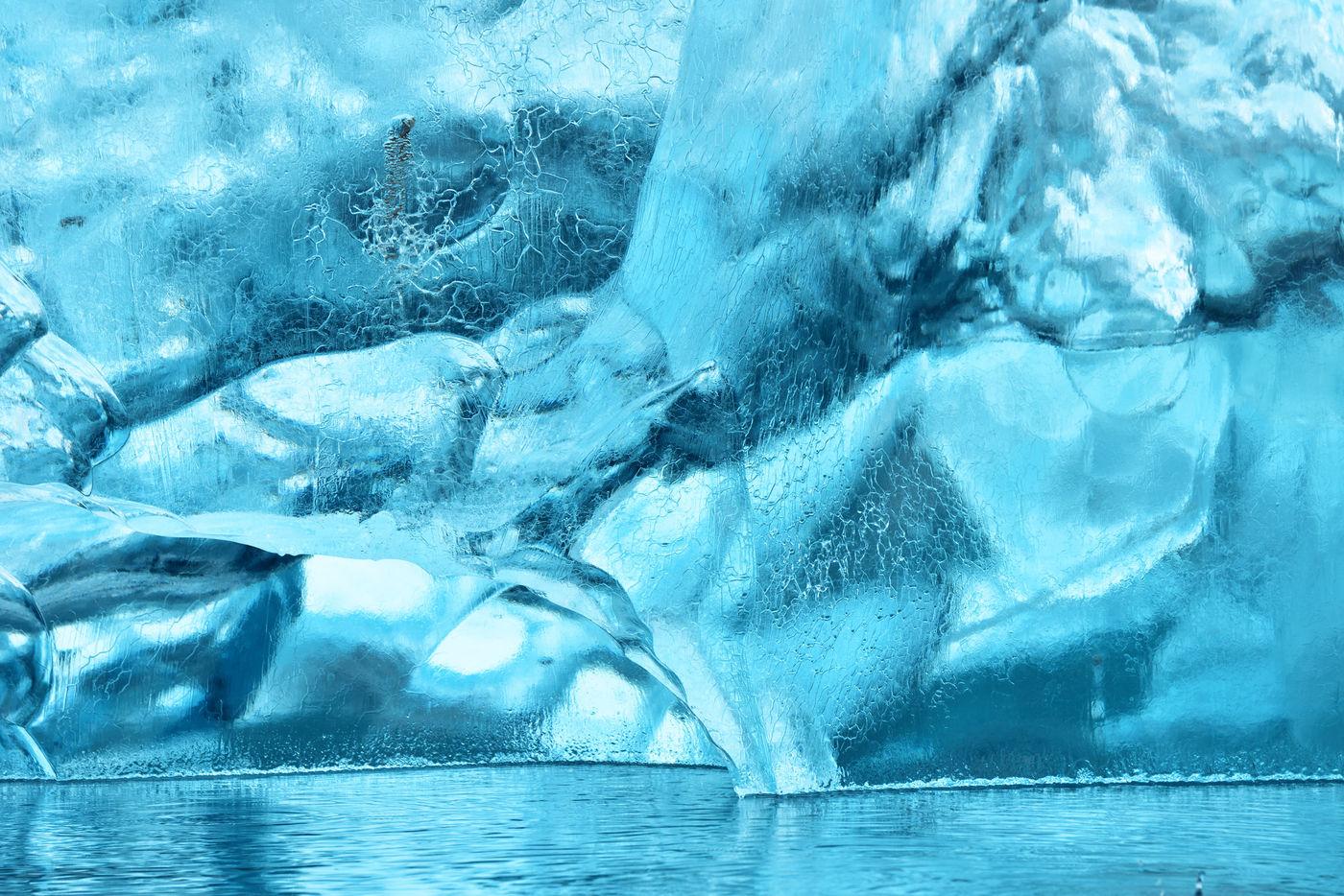 Het is net alsof je je in een spiegelpaleis bevindt, dit blauwe ijs. © Yves Adams