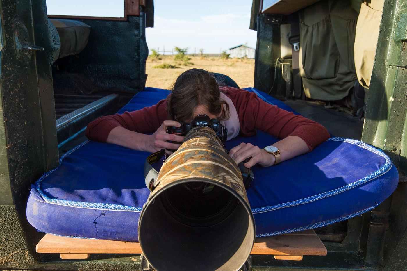 De matras achteraan in de jeep is comfortabel. Het standpunt zorgt voor unieke beelden. Mits goeie afspraken is het mogelijk met twee fotografen hier op plaats te nemen. © Billy Herman