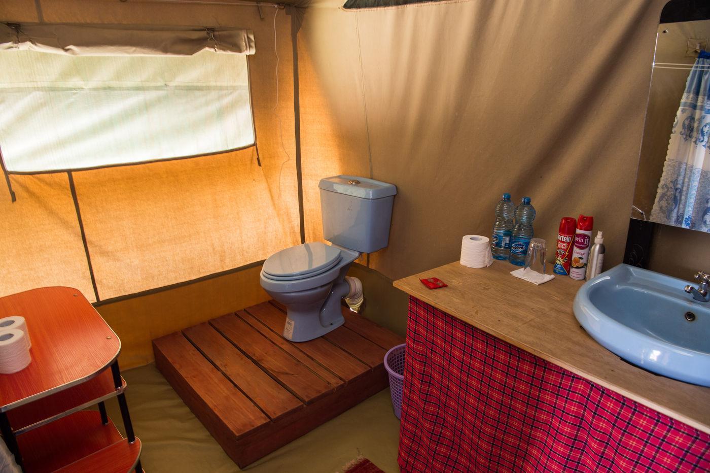 Het sanitair is verzorgd met stromend (warm) water, een toilet en een ruime douche. © Billy Herman