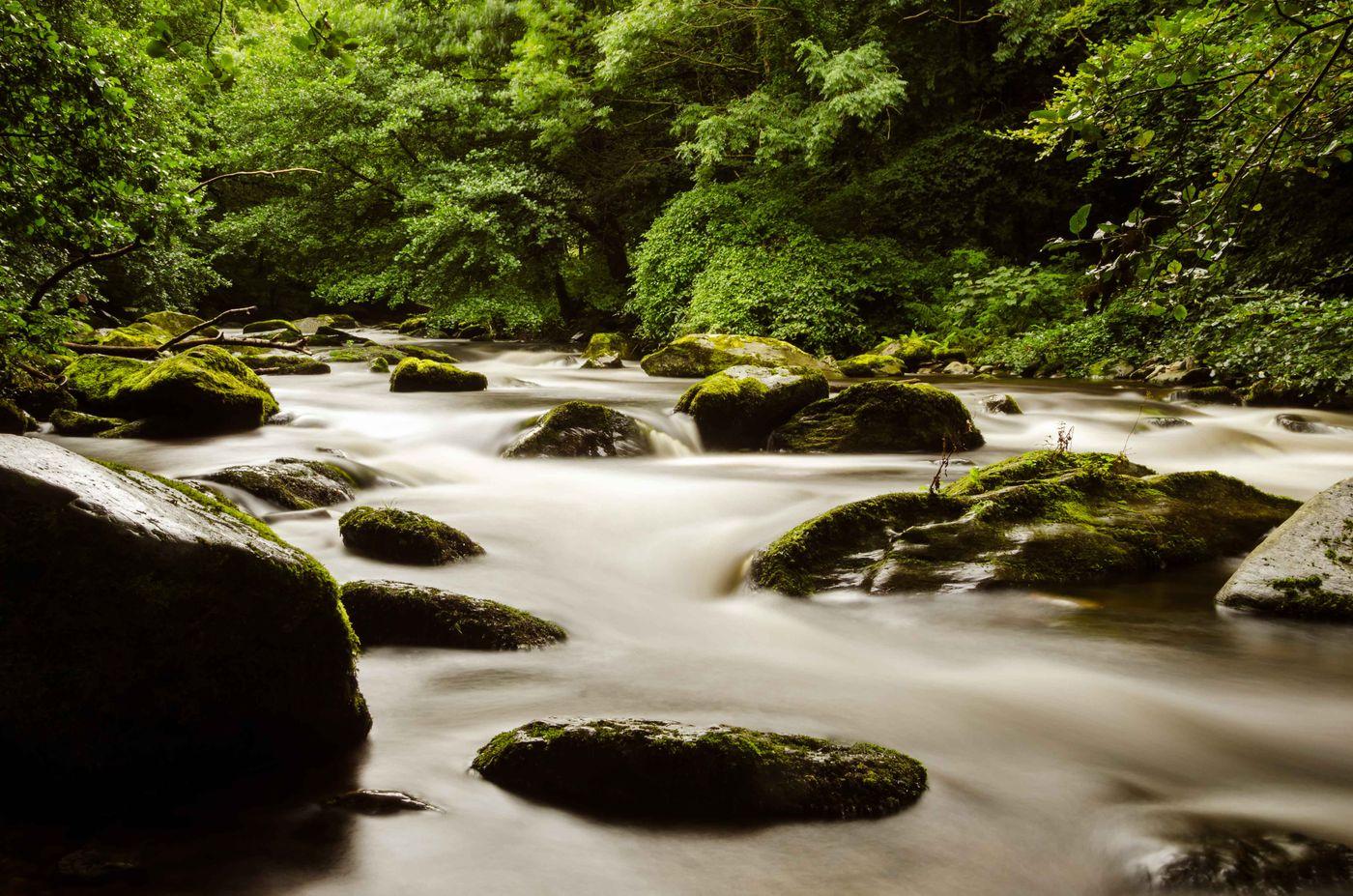 Lage sluiter en de rivier zorgen voor een mystiek resultaat. © Hans Debruyne