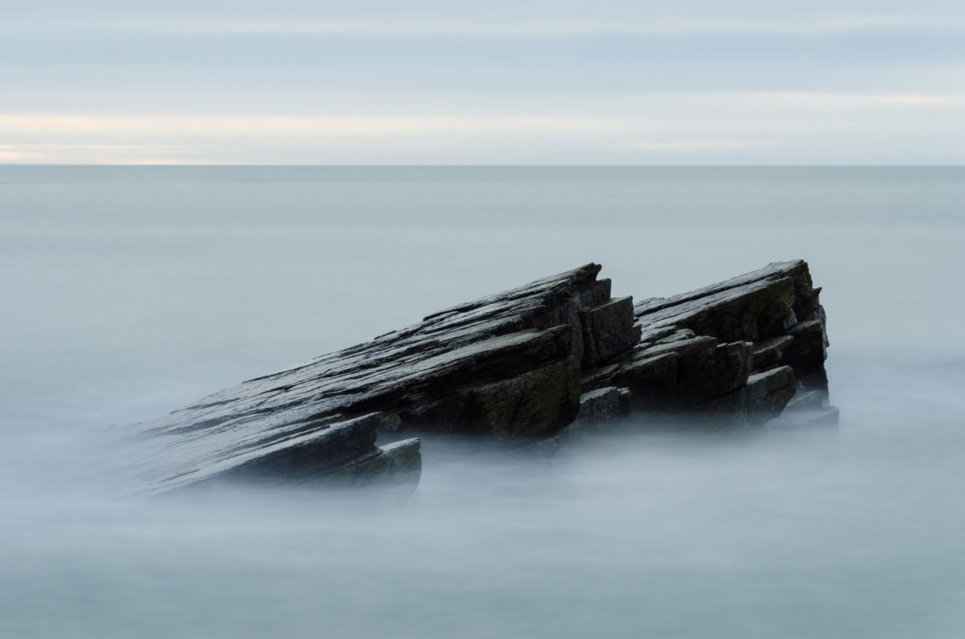 Close-up van de rotsen met een lage sluiter. © Hans Debruyne