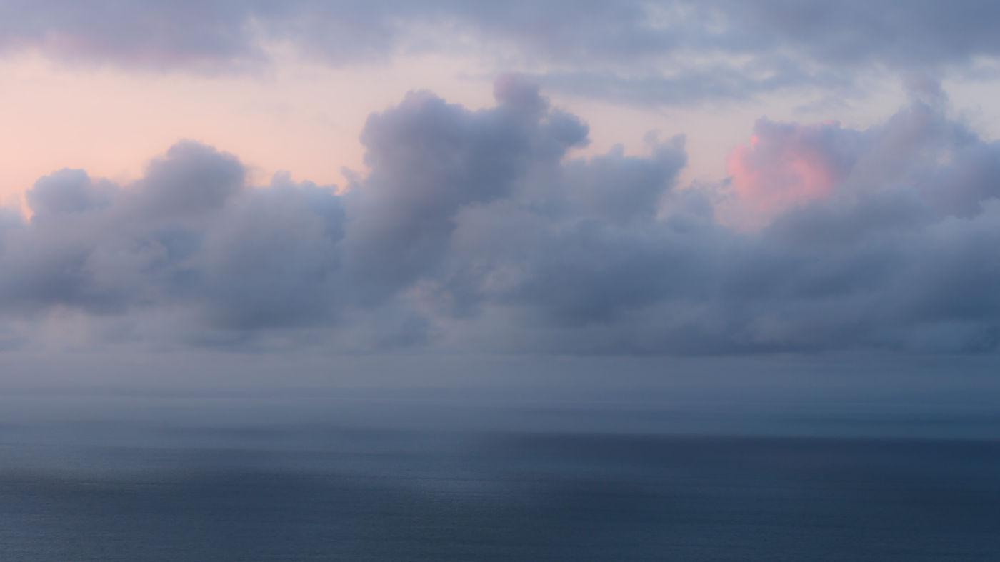 Zicht op de zee tijdens het 'blauwe uur'. © Hans Debruyne