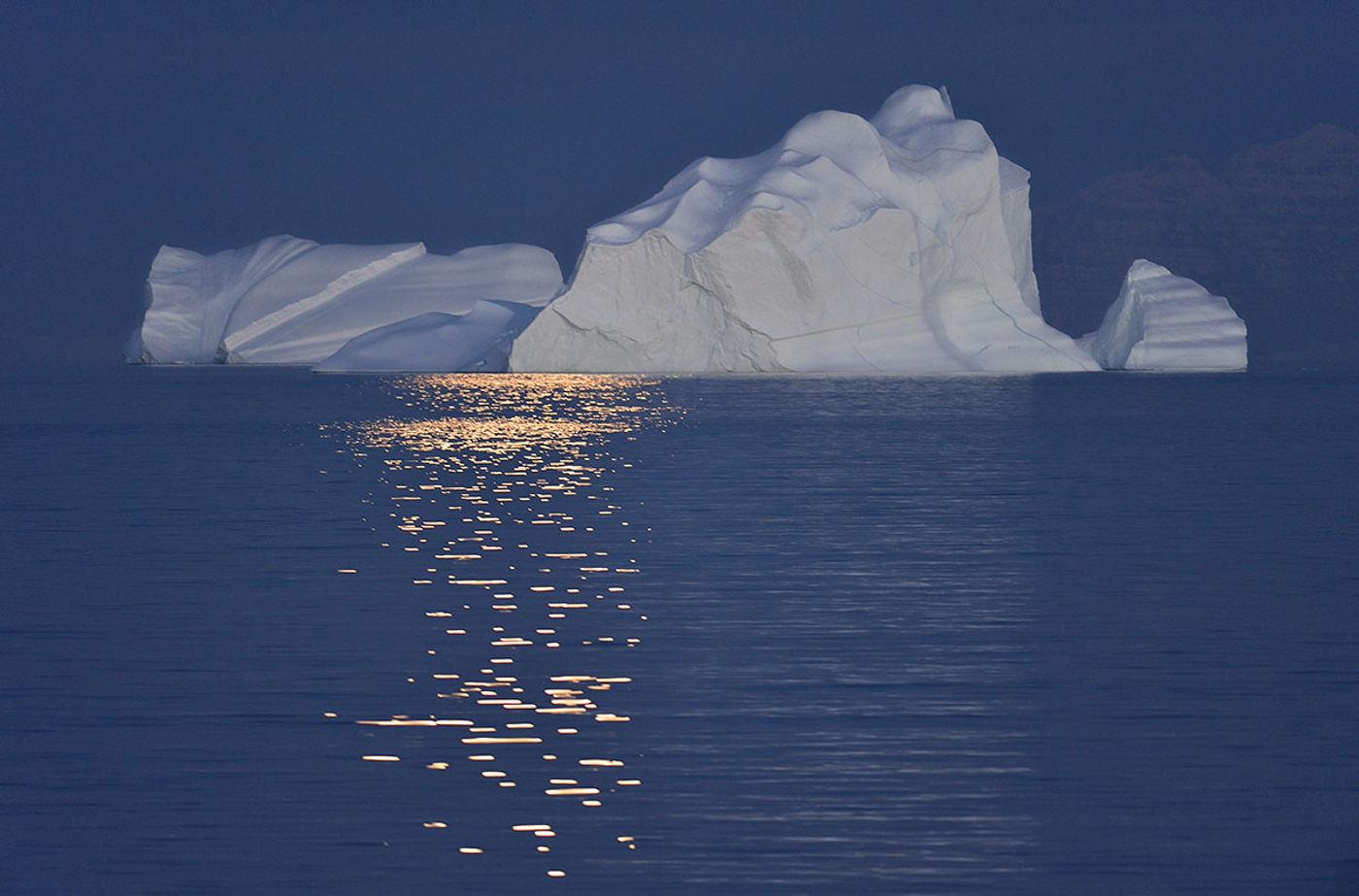 Scoresby Sund tijdens middernacht. © Yves Adams